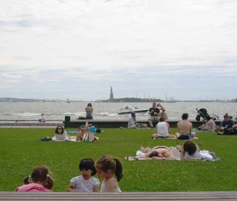 """Estatua de la libertad desde el parque, improvisada """"playa"""""""