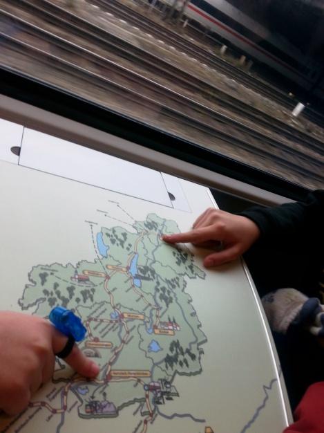 El mapa en la bandeja del tren nos ayuda a situarnos