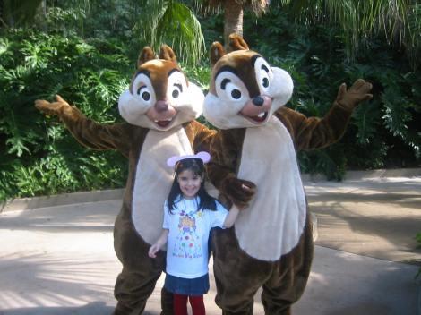 En Disney, Orlando, con las ardillas Chip y Chop